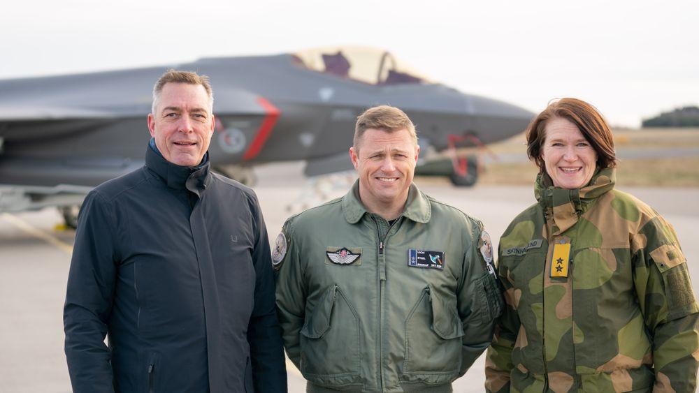Dette bildet er fra Rygge da Luftforsvaret erklærte første operative evne (IOC) med F-35 i november 2019. Innfasinga har så langt fulgt planen, og nå begynner det å monne også for industrien. Fra venstre: Forsvarsminister Frank Bakke-Jensen, oberstløytnant Ståle «Steel» Nymoen, sjef for 332 skvadron og generalmajor Tonje Skinnarland, sjef for Luftforsvaret.