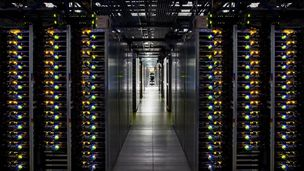 Bilde av serverrack i Googles datasenter i Douglas County, Georgia, USA.