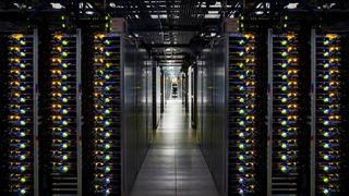 Bilde av serverrack i Googles datasenter i Douglas County, Georgia, USA.