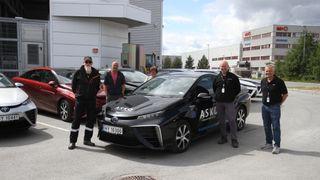 Ansatte hos Asko har mottok i dag 13 hydrogendrevne Toyota Mirai.
