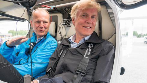 Avinor-sjef Dag Falk-Petersen og tidligere samferdselsminister Ketil Solvik-Olsen i forbindelse med demonstrasjon av det elektriske flyet Pipistrel Alpha Electro.