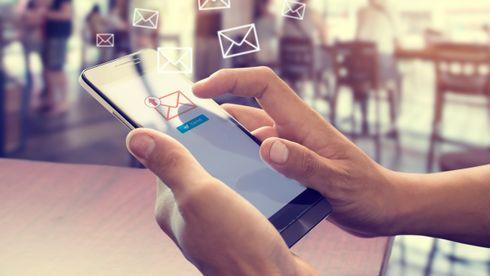 Mann sender e-post med smartmobil.