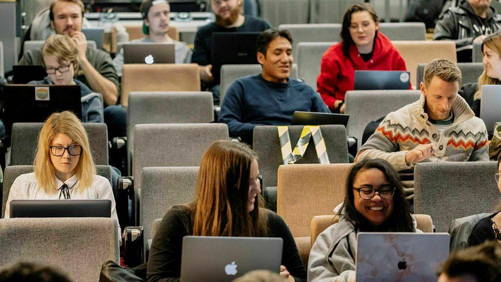 Studenter ved Høyskolen Kristiania betaler for et studiår.