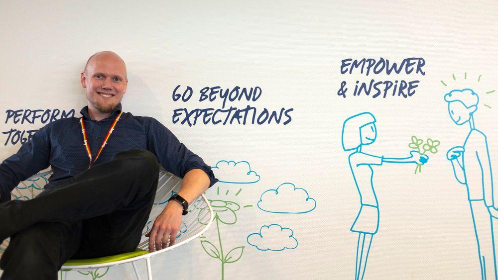 Henning Starholm Steen begynte selv i Evry med IT-fagbrev for 14 år siden, og har vært i mange ulike roller i selskapet. For et drøyt år siden ble han lærling- og inkluderingsansvarlig. Her avbildet på Evry-kontoret i Stavanger i fjor.