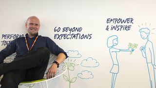 Mentor Henning Starholm Steen begynte selv i Evry med IT-fagbrev for 13 år siden, og har vært i mange ulike roller. For noen måneder siden ble han lærling- og inkluderingsansvarlig. Han beskriver rollen som drømmejobben.