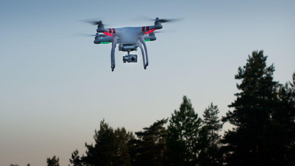Droner kan jobbe døgnet rundt, så lenge de har strøm. EU-prosjektet som ledes fra Danmark skal prøve å få til selvstyrte droner som inspiserer kritisk infrastruktur uten hjelp av mennesker.