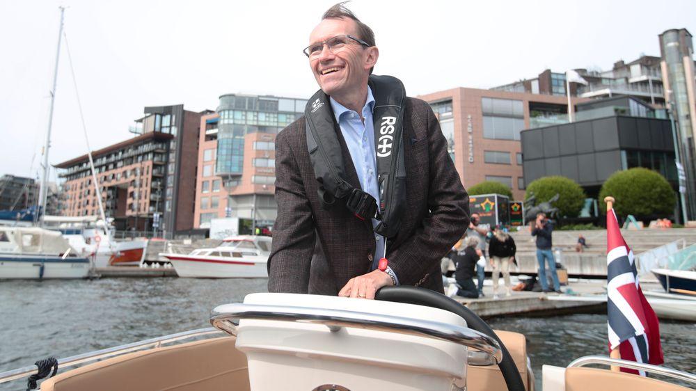 Arbeiderpartiets miljø- og energipolitiske talsperson Espen Barth Eide står selv ved roret når han drar ut på fjorden for å teste elektrisk fritidsbåt.