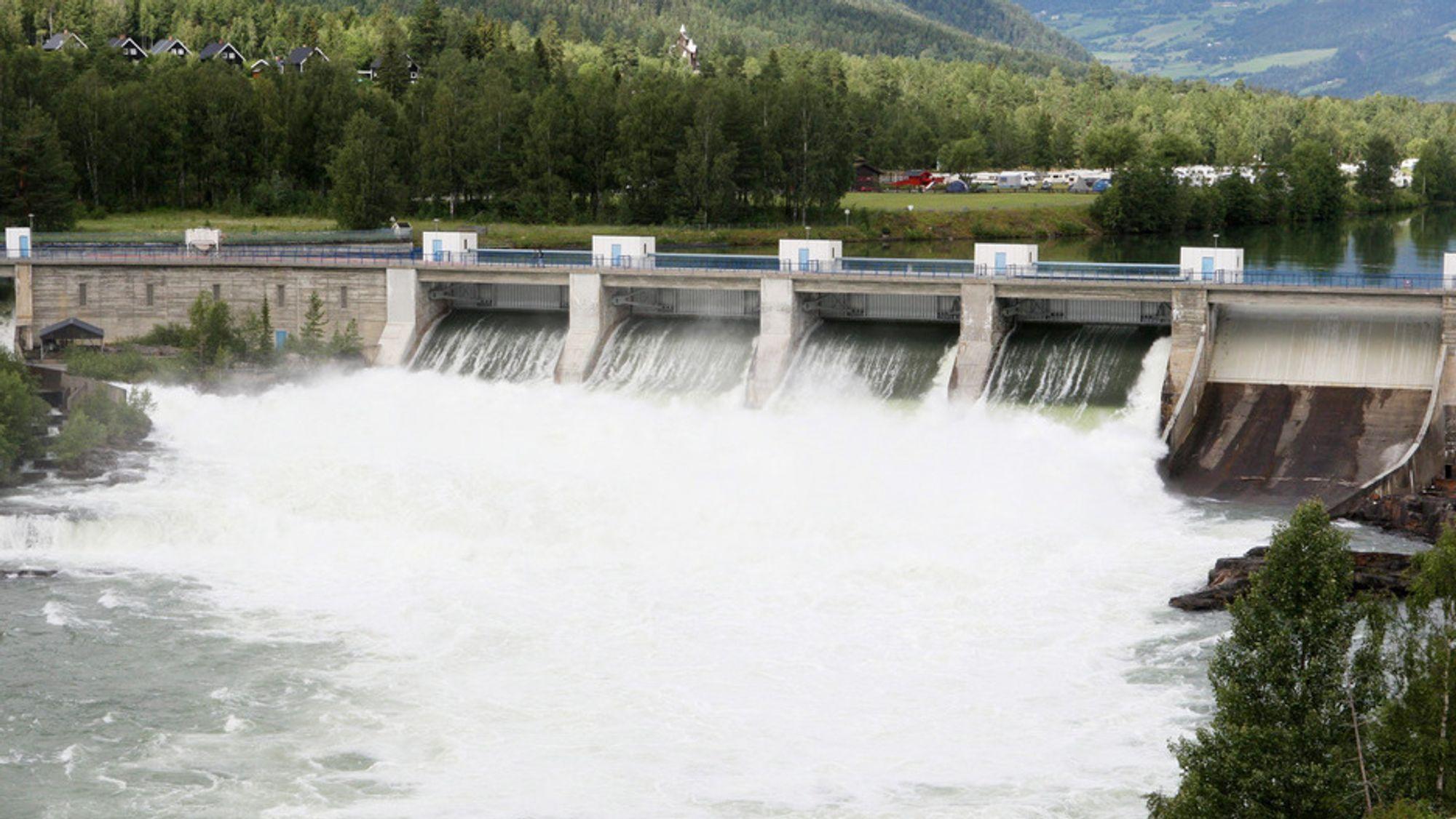 Store vannmengder og ødelagte kabler til utlandet gjorde at Norge fikk historisk lave strømpriser i helgen. Bildet er fra Hunderfossen i Øyer.