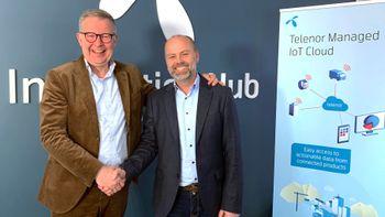 Ivar Sorknes i Telenor og Ken Roar Riis i Webstep tar hverandre i hånden og smiler til kamera.