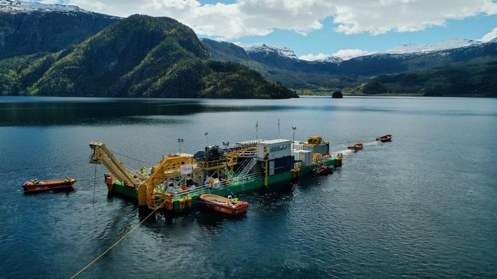 – Operasjonen på Suldalsvatnet er helt unik, sier prosjektleder Kirsten Faugstad om kabelleggingen i en av Norges dypeste innsjøer.