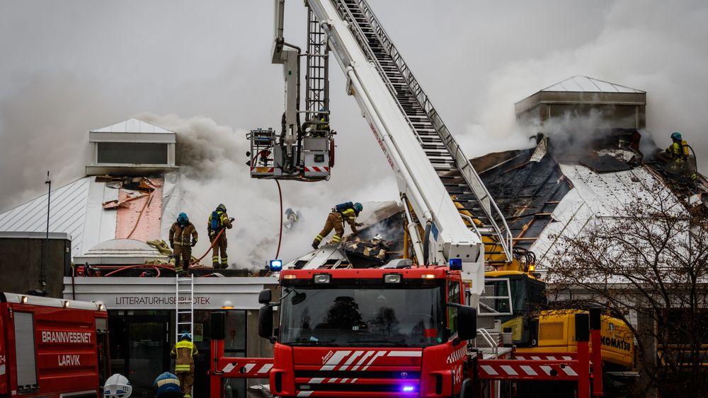 Biblioteket i Larvik ble totalskadd i en påsatt brann. Brannen startet i en konteiner plassert tett inntil veggen. Hadde ikke konteineren stått så nær veggen ville ikke bibliotektet tatt fyr.