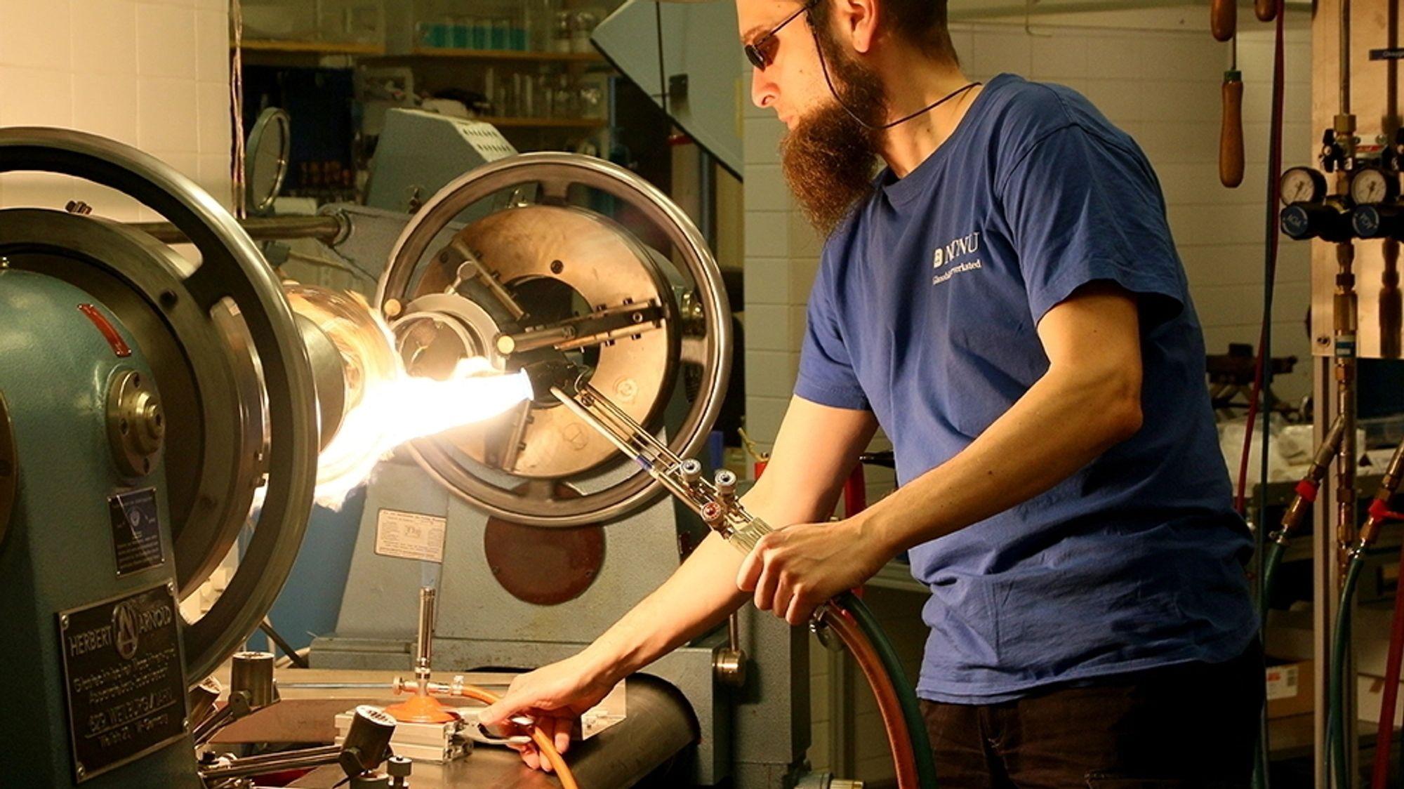 Sebastian Bete er teknisk glassblåser med 23 års erfaring. Med sterk varme, ild og presisjon former han utstyr som forskerne har behov for.
