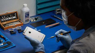 Apple gir allerede ut enkelte autorisasjoner til reparatører av Iphone-telefoner. Nå slipper Apple opp også for uavhengige aktører, men kun etter garantitiden har gått ut, og kun hvis de følger krav flere mener er for inngripende.