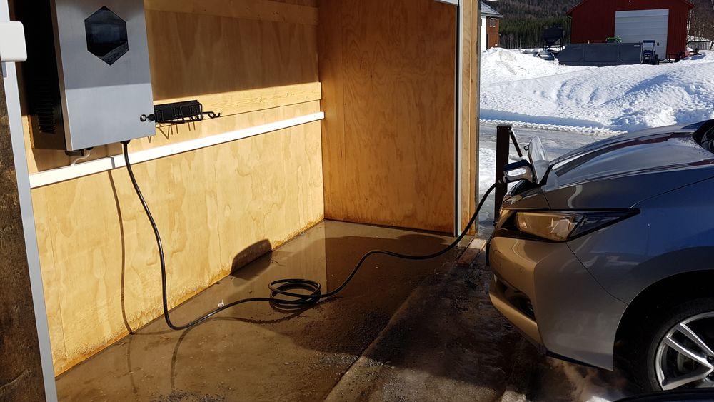 En elbil ble koblet til strømnettet via en toveislader slik at man både kunne lade (som normalt) og utlade batteriet til det lokale strømnettet.