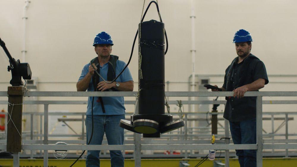 NOAA-forskere setter ut det norskutviklede måleinstrumentet.
