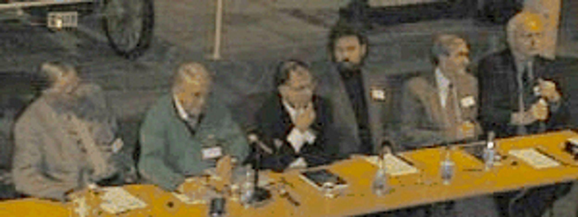 Fra rundbordskonferansen om IT-historie 18. november 1999. Fra venstre: Rolf Nordhagen (professor, tidligere sjef for EDB-senteret ved Universitetet i Oslo), Magne Lein (ordstyrer), Arild Haraldsen (forfatter av boka Den forunderlige reisen gjennom IT-historien), Jan Rune Holmevik (historiker), Thomas Hysing (pensjonert konstruktør), Kristen Nygaard (professor). Foto fra 1999,