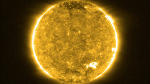 Oppdager «leirbål» og jakter svar om solvinder: Nye bilder av sola fører oss nærmere enn noen gang