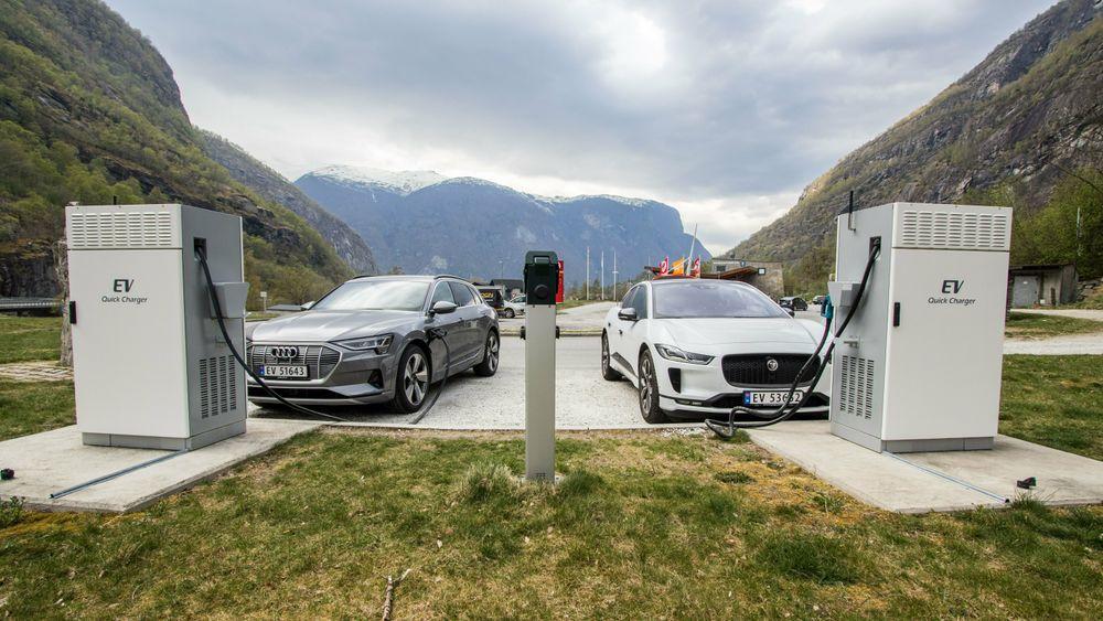 Jaguar I-Pace og Audi E-Tron på hver sin 50 kilowatt hurtigladestasjon i Aurland.