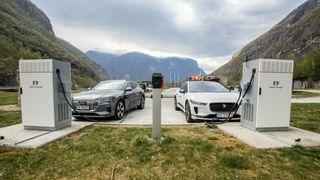 Jaguar I-Pace og Audi E-Tron på hver sin 50 kilowatt hurtigladestasjon.