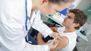 Vil ha fart på vaksine: Forskere oppfordrer til å smitte testpersoner med covid-19