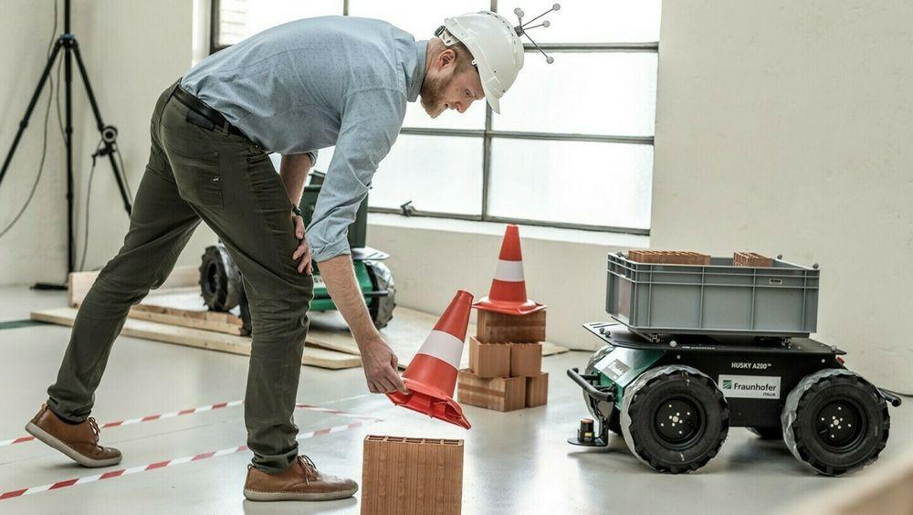 """Roboten Husky A200, her i en """"byggeplass"""" skapt i et laboratorium, skal brukes til å få fart på digitaliseringen i italiensk byggenæring."""