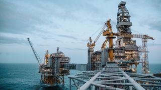 Oljeselskapenes økonomi presses og investeringene reduseres kraftig. Dette skjer over hele verden.  Om, og eventuelt når, oljeprisen kommer tilbake til gamle høyder, det er det ingen som vet, påpeker kronikkforfatter. Illustrasjonsbilde fra Johan Sverdrup.