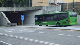 En grønn Kolumbus-buss er i ferd med å kjøre inn i en tunnel.
