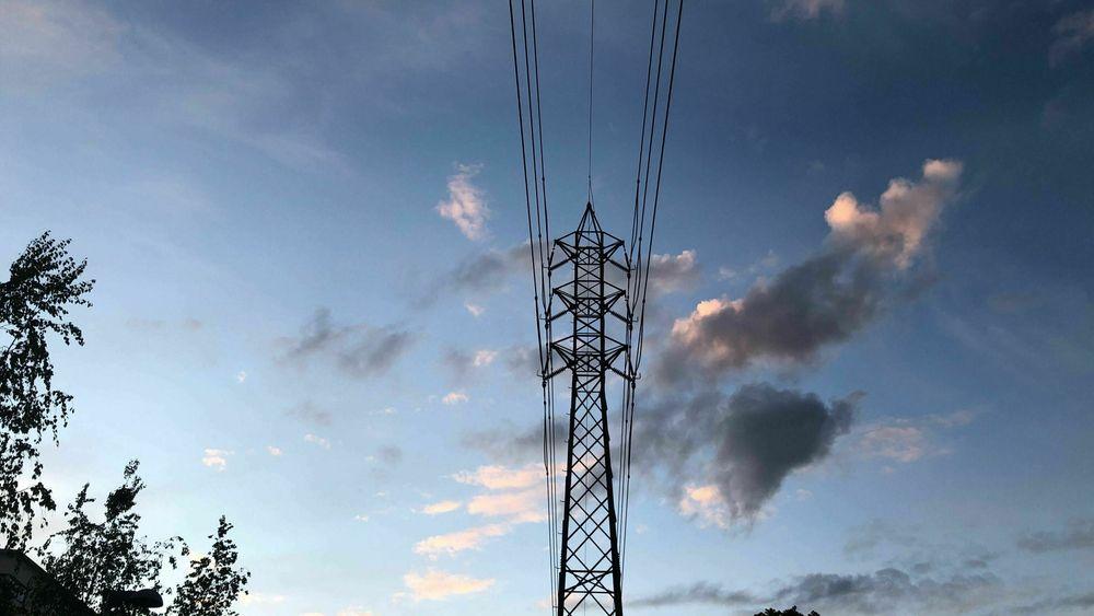 Flere strømprodusenter har latt vannet renne forbi turbinene fordi strømprisen er historisk lav og vannmagasinene fulle.