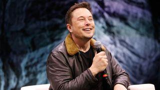 Musk: – Folk som ikke tror AI blir smartere enn dem, er veldig mye dummere enn de tror