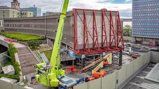 Har satt opp store stålkonstruksjoner rundt verkene: Nå er det klart for fjerning av kunsten fra Y-blokka