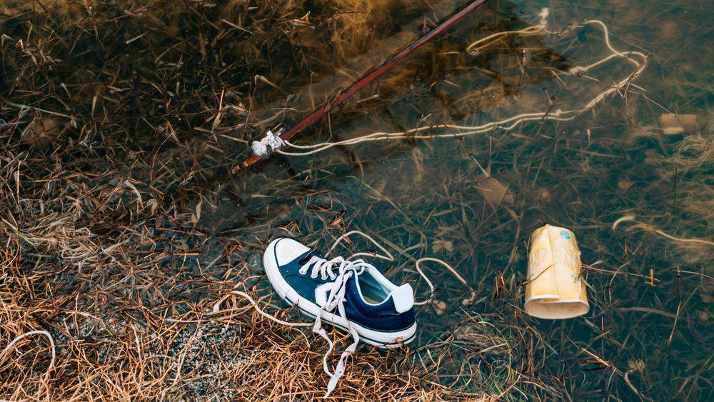 Denne typen søppel fra privat forbruk er ikke uvanlig å finne langs norske vassdrag og innsjøer.