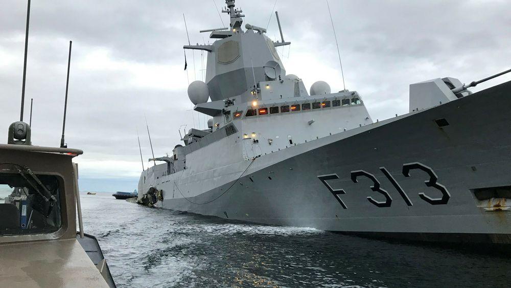 På bildet ser man skadene på KNM Helge Ingstad etter at skipet kolliderte med et lasteskip i november 2018.