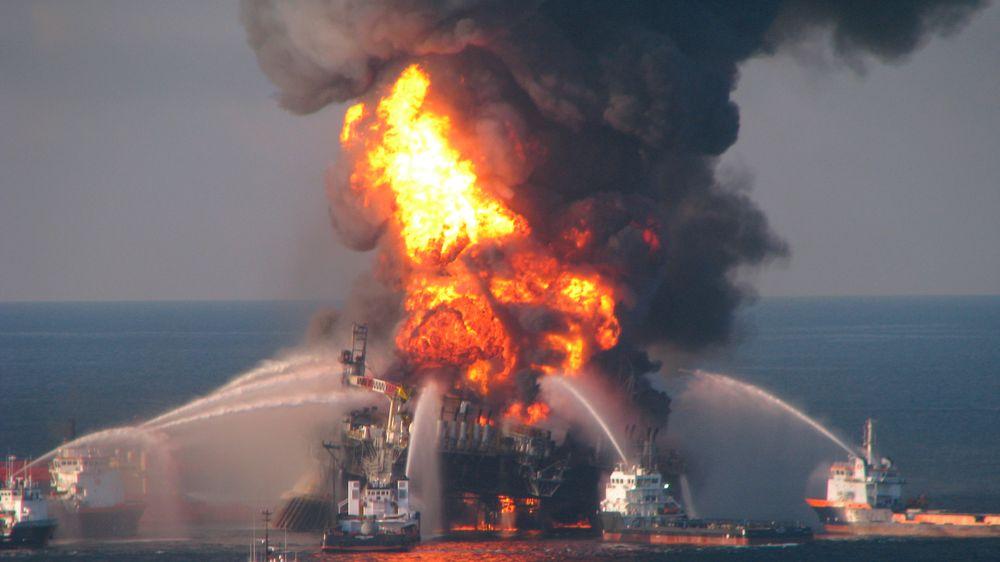 Brannbåter prøver å slukke den kraftige brannen som oppstod på Deepwater Horizon.