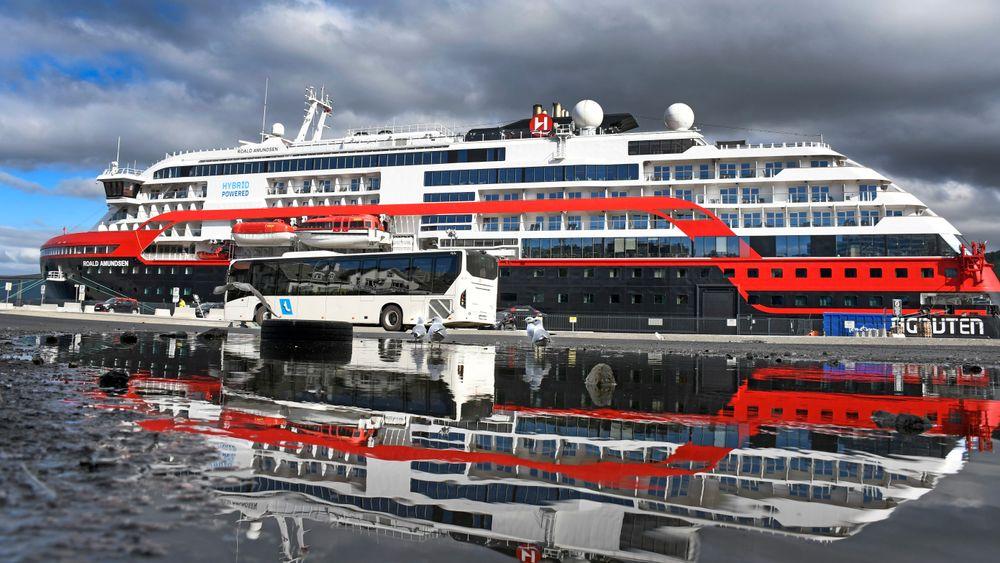 Hurtigruten-skipet MS Roald Amundsen ligger skipet til kai i Tromsø. Av de 154 besetningsmedlemmene om bord, testet 29 lørdag positivt på korona. Fra før er fire besetningsmedlemmer lagt inn på sykehus.