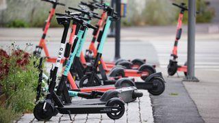 Sparkesykkel-selskap vil ha med bransjen på å rydde opp i kaoset