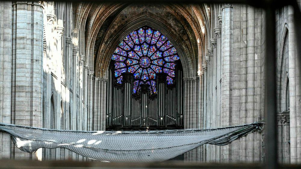 Orgelet i Notre-Dame fotografert i forbindelse med innledende restaureringsarbeid i fjor. Denne uken begynte arbeidet med å plukke orgelet fra hverandre. Det markerte starten på en flere år lang restaureringsprosess.