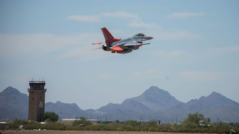 Et QF-16 tar av fra flybasen Davis-Monthan i Arizona 4. juni 2020.