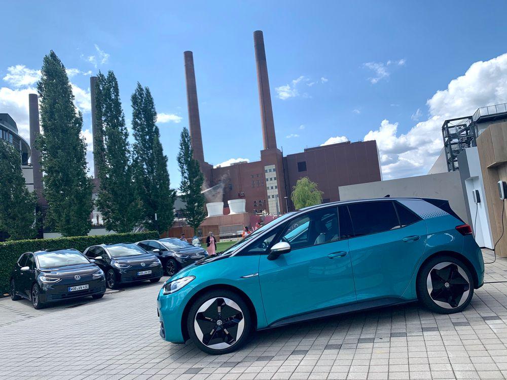 Volkswagens fremtid utenfor Volkswagenverk i Wolfsburg.
