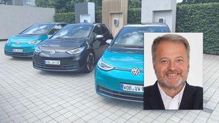 Tre Volkswagen ID.3 ved siden av hverandre, med et portrettfoto av Jan Moberg over.