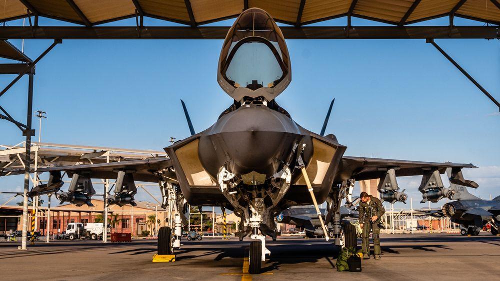 F-35A i «Beast mode» på Luke AFB med seks GBU-12 og AIM-9X foreløpig hengt opp kun på den ene vingen.