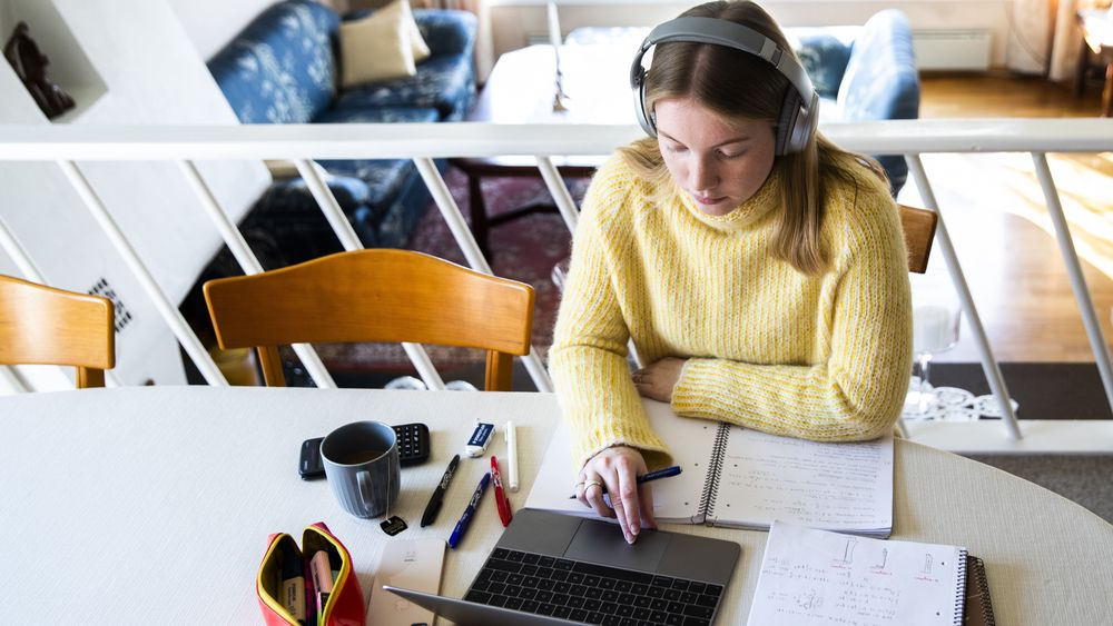Jenny, som studerer ved NTNU i Trondheim, har hjemmeundervisning med videooverføring.