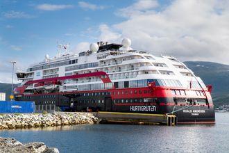 Hurtigruteskipet Roald Amundsen ligger i Breivika ved Tromsø. Mannskapet er fortsatt ombord i karantene.