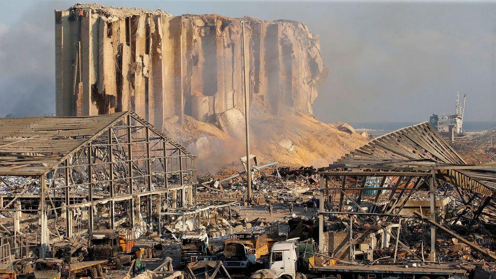 Restene av kornsiloen er det eneste som står igjen på havna i Beirut etter den kraftige eksplosjonen.