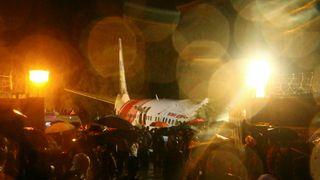 Minst 16 omkom da fly ble revet i to under krasjlanding