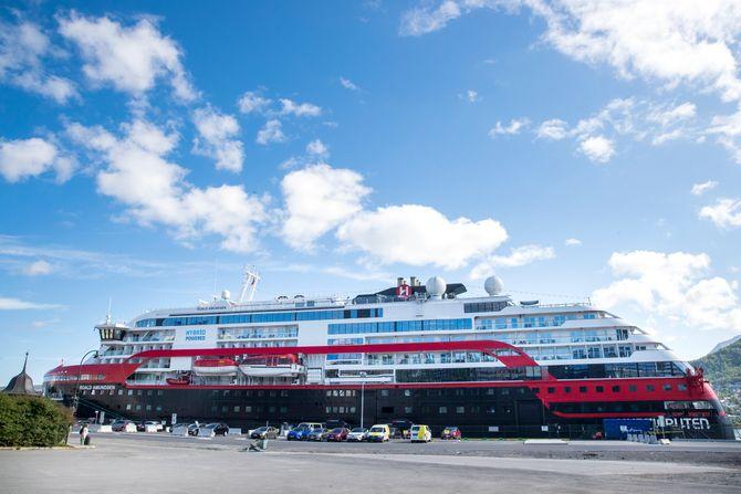 Hurtigrutens skip Roald Amundsen ligger fortsatt til kai i Tromsø med flere ansatte om bord.