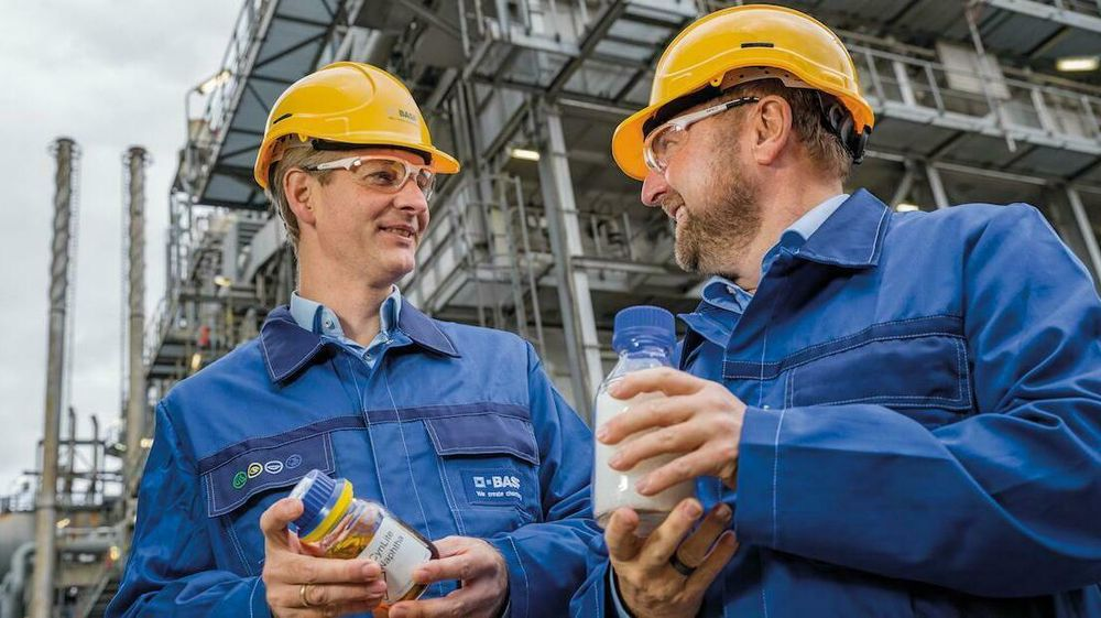 Stefan Gräter (til venstre) og Andreas Kicherer (til høyre) fra BASF viser frem pyrolyseolje og plasten de har produsert med dette.
