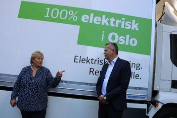 Statsminister Erna Solberg og DB Schenker Norges adm. dir. Knut Eriksmoen under innvielsen av den nye Volvo-lastebilen.