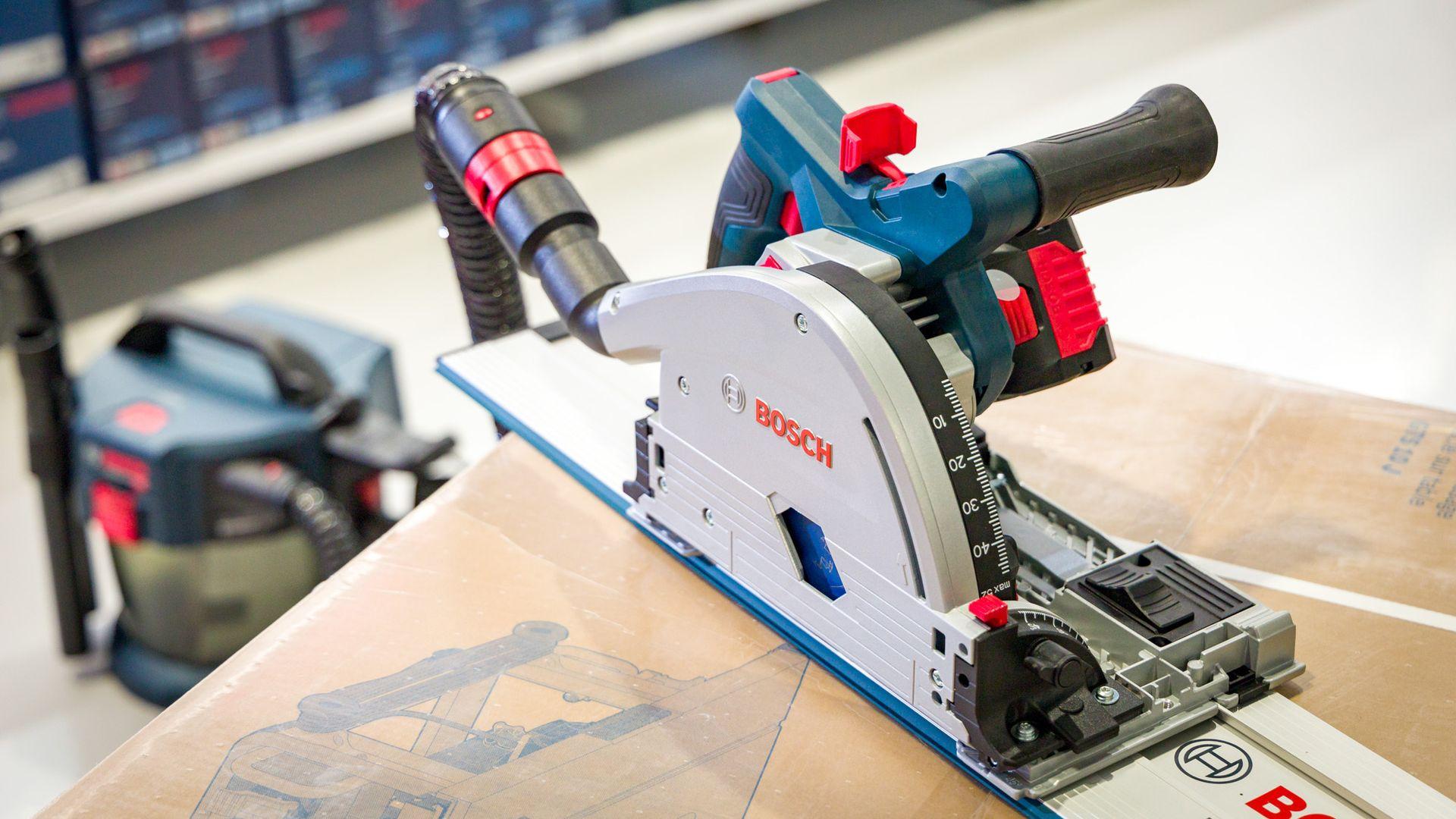 Den nye batteridrevne dykksaga fra Bosch kan brukes med støvsuger, som her, for å minimalt med sagstøv, men den kommer også med en støvpose som tar unna det verste støvet.
