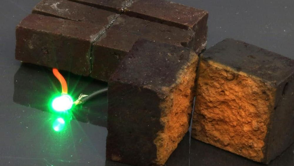 Denne konfigurasjonen består av tre superkondensatorer i murstein koblet i serie, hver med en størrelse på 4 cm x 1 cm x 1 cm, og gir energi til en grønn LED.