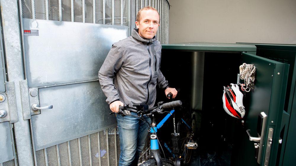 Daglig leder i SafeBikely Hallvar Bergh viser fram sykkelskapene, som har en åpning på 80 centimeter, og skråner innover til de er 25 centimeter innerst.